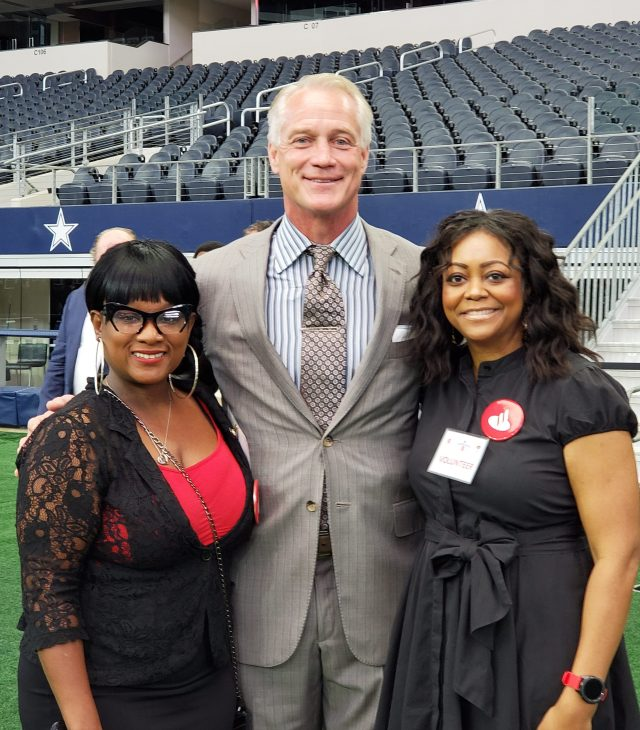 Daryl Johnston with volunteers